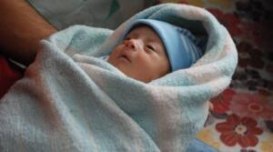 """Aykaş'ın karnındaki bebeği 29 Nisan'da operasyonla alındı. 6 aylıkken dünyaya gelen bebek, yoğun bakımda tedaviye alındı. Hakim Aykaş ise bugün doktorların tüm çabasına rağmen kurtarılamadı. Yargı camiasının acı günü Hakim Ebru Us Aykaş'ın ölümü, Bursa Adliyesi'nde görev yapan memur ve çalışanları yasa boğdu. Bursa Adliyesi, Ebru Us Aykaş için taziye mesajı yayınladı. Mesajda, """"Bursa 14'üncü İş Mahkemesi Hakimi Ebru Us Aykaş tedavi gördüğü Bursa Şehir Hastanesinde 05.05.2021 tarihinde vefat etmiştir"""