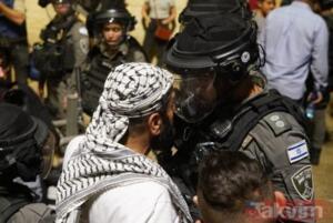 """Mescid-i Aksa Vakfı Müdürü Şeyh Ömer El-Kisvani, Harem-i Şerif'in hoparlörlerinden İslam dünyasına yardım çağrısı yaptı. """"Nerede Selahaddinler? Ümmetin şerefi çiğneniyor"""" diye haykıran Şeyh Kisvani, Mescid-i Aksa'nın büyük bir saldırı altında olduğunu vurguladı. Şeyh Kisvani, """"Fanatik Yahudiler, bedenlerimizi çiğnemeden Harem'e giremezler."""" dedi."""