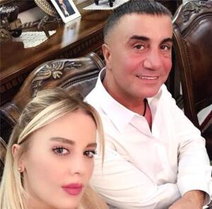 Son günlerde sosyal medyada yayınladığı videolarda yaptığı açıklamalarla gündemden düşmeyen Sedat Peker'in hakkında organize suç örgütü yöneticisi ve üyesi olmak suçlamasıyla soruşturma başlatılmıştı. Şimdilerde Dubai'de olduğu bilinen Peker'in en çok özel hayatı merak ediliyor. İşte evli ve 3 çocuk babası Peker'in özel hayatına ilişkin hiç bilinmeyenler.