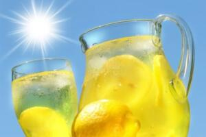 6- Yazın vazgeçilmezi olan soğuk içecekler tazeliğini çabuk kaybeder. Soğuk suyun içine biraz şeker, limon suyu ve yarım çay kaşığı karbonat ekleyin. Karbonat, limondaki asidi karbonik aside dönüştürecektir. Karbonat az miktarda tüketildiğinde zararsızdır. Günde en fazla bir çay kaşığı karbonat tüketin.