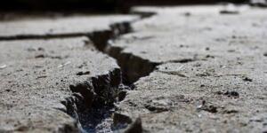 """2026'YA KADAR DEPREM OLACAK Marmara'da olası bir depremin en az 7,5 büyüklüğünde olacağını söyleyen Yaltırak, """"Bu raporların sonuçlarına göre biliyoruz ki fayın kırılması için 7.5 ten büyük deprem olması lazım ve elimizdeki verilere göre öyle de olacak"""" tespitini yaparak șöyle devam etti: """"Bu çalıșma bize gösterdi ki; atım yoksulluğundan dolayı az miktarda bir atım birikse bile, fayın kendisi çok derine uzandığı için büyük depremler oluyor ve süre uzuyor. Marmara'da 20 yılda 6 deprem olmuș ve 7. deprem olmaya bașlıyor."""