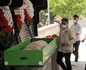 Kayseri'nin Talas ilçesinde Arife Nur Sarıoğlu görüşme talebini reddettiği şahıs tarafından tabanca ile vurularak öldürüldü. Kayseri'nin Talas ilçesinde gerçekleşen cinayet sonrasında Arife Nur Sarıoğlu'nun cenazesi kaldırıldı. Arife öğretmenin cenazesinde tabutunun üstü kapalı değildi. Tabutun üstünün açık olması, bölgedeki gelenekler nedeniyle kapatılmadı.