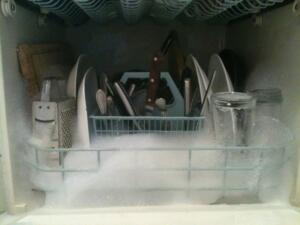18- Bulaşık makinenizin sıvı deterjan bölümüne karbonat ekleyin. Tabii ki bunu bulaşık makineniz boşken uygulamanız gerekiyor. Kokular yok olacaktır.