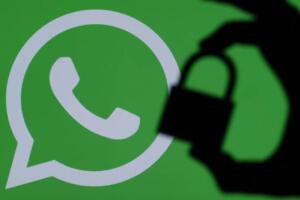 WhatsApp gizlilik sözleşmesini onaylamayanları ne bekliyor? Genel olarak duyuruların yer aldığı WhatsApp Blog sayfasında yer alan açıklamaya göre, 15 Mayıs'tan itibaren hiçbir kullanıcı hesabı silinmeyecek ve WhatsApp'ın işlevselliği tamamen ortadan kaybolmayacak. Ancak kullanıcılar için WhatsApp sözleşmesi bildirimi belli bir süre sonra kalıcı hale gelecek ve onaylamayanların uygulamaları kısıtlanacak. Bu kısıtlama dahilinde sohbet listesine erişilemeyecek, ancak gelen telefon ve görüntülü aramalar cevaplanabilecek. Aynı zamanda bildirimler açık olduğu taktirde gelen mesajlara yanıt verebilecek ve cevapsız çağrılar geri aranabilecek. Birkaç hafta sonunda ise mesaj ile görüntülü veya sesli arama işlevleri tamamen kapatılacak.