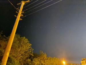 """Türkiye'nin dört bir yanından gökyüzünde görülen çok sayıda sıralı ışık vatandaşlar tarafından şaşkınlıkla izlendi. ABD'li roket, uydu ve uzay mekiği üreticisi SpaceX, """"Yıldız Savaşları Günü"""" olarak kutlanan 4 Mayıs'ta, Starlink internet uydu ağının parçası olan 60 iletişim uydusunu uzaya gönderdi. Space.com internet sitesinde yer alan habere göre, Starlink internet uydu ağının parçası olacak 60 yeni iletişim uydusu, SpaceX üretimi Falcon 9 roketiyle ABD'nin Florida eyaletindeki Kennedy Uzay Merkezi'nden fırlatıldı."""
