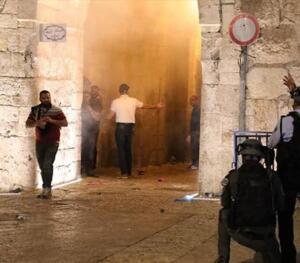 """İsrail polislerinin Harem-i Şerif'in hürmetini ihlal ettiğini belirten Şeyh Kisvani, İslam dünyasına hitaben, """"Nerede onurunuz?"""" ifadelerini kullandı. İsrail polisinin Mescid-i Aksa'daki Filistinlilere müdahalesi Sabah namazını Doğu Kudüs'ün Eski Şehir bölgesinde yer alan Mescid-i Aksa'da kılan binlerce Filistinli, namazın ardından Mescid-i Aksa'nın avlusunda tekbirler getirerek gösteri düzenledi. Filistinliler, gösterinin sonrasında fanatik Yahudilerin baskın yapmasını önlemek için Mescid-i Aksa'da nöbet tutmaya başladı."""