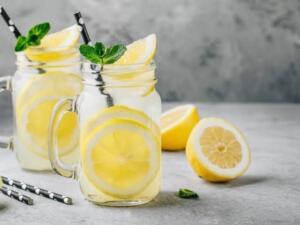 Madem bu işi yapacağız, doğrusunu yapalım. Beş dakikada kendimize bu sağlık yüklü, limonlu suyu hazırlayalım. Yarım limonu, yarısından biraz fazla ılık suya sıkalım.