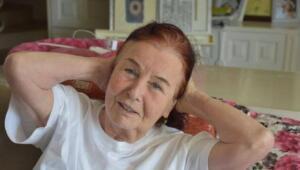 """Uzun süredir Bodrum-Torba'da yaşayan Girik, evinde menajeri Bircan Usallı Silan'ı ağırladı. Geçirdiği kalça ameliyatının ardından fizik tedavi gören 78 yaşındaki usta oyuncu, """"Rüyalarımda hep koşuyorum. O eski günlerimi çok özledim. Tedavim için istanbula dönüş süremi hızlandıracağım"""" dedi."""