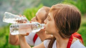 """Peygamber efendimiz ayakta su içmeme hususunda da bizi uyarmıştır. Peygamber efendimiz ayakta su içmeme hususunda da bizi uyarmıştır. İlk bakışta anlamsız gelen Bu öğütün, bu sözün özüne bakıldığında yine bizim sağlığımız için etkileri çok büyüktür.""""Bir hadisde ayakta su içmenin zararına şu şekilde işaret etmiştir: """"Eğer ayakta su içen kimse midesine verdiği zararı bilseydi içtiği suyu şüphesiz ki geri kusardı"""" (Abdürrezzak 10/427 hadis 19588).Yine aynı konu ile alakalı olarak;"""