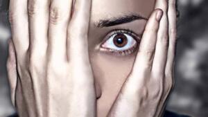 """Panik atak (panik bozukluk) günümüzde sıkça duyduğumuz bu hastalık kişinin yaşam kalitesini oldukça düşüren psikolojik bir rahatsızlıktır. Panik atak, genellikle beklenmedik bir şekilde başlayan ve yineleyici, insanı dehşete düşüren yoğun sıkıntı nöbetleridir. Birey, o anlarda """"kalp krizi"""" geçirdiğini ya da felç geçirmekte olduğunu zannedip """"ölüm korkusu"""" ya da çıldırıp """"delireceği korkusu"""" yaşar."""