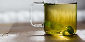 yaprağı çayı bir de başka türlü hazırlanabilir. Özellikle de su ile defne yaprağı birlikte kaynatılıp 4 dakika kaynatıldıktan sonra süzülür.