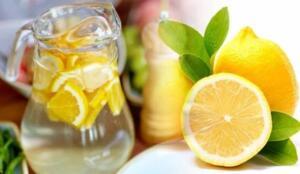 Aynı zamanda hem antioksidan özelliğine sahip hem de lif dolu. Eğer sabahlarınıza limonlu su içerek başlarsanız, her şeyden önce güne kendinize taze hissederek başlayacaksınız.