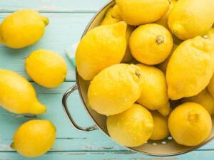 Bir limonun içini keserek açın ve içine doğal tuz doldurun. Kapağı açık bir cam kavanoz ya da aynı şekilde kullanabileceğiniz bir kaba yerleştirin. Tuz ile limonun etkileşimi odanızda doğal bir oda spreyi etkisi yaratacak. İşte limon ve tuzun diğer etkileri; Limonun İçine Tuz doldurup Odanıza Koyarsanız Ne Olur -Odanızın havasını tazeleyerek, ferahlatır. -Bronşit ve astıma faydalı etkileri vardır. -Akşamdan kalmalığa ve yorgunlığa iyi gelir. -Gün boyunca enerjinizi yüksek seviyede tutar. -Mutfak gibi alanlarda kötü kokular oluşmasını engeller.