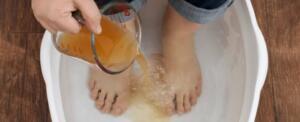 Tuzlu suda su moleküllerini enerji iyonuna indirgediği görülür. Sıcak su ayaklardaki gözenekleri açar ve tuz iltihaplanmayı önleyici ve sıkılaştırıcı görevi görür. Böylece iyonlar emilir ve ayaklardan detoks işlemi başlatılır. Su rengi çamurlu hatta koyu bi renk halini alabilir. En az yarım saat boyunca uzan ardından sıcak bir suda ayaklarını beklet. Suyun içine yaklaşık bir çorba kaşığı tuz kat. Bu tuzlu sıcak suda da ayakların yarım saat kalsın