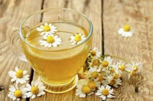 Papatya çayı; uykuya kolayca dalmak, vücudunuzu toksinlerden temizlemek ve karaciğer faaliyetlerini iyileştirmek için birebirdir. 1 yemek kaşığı kuru papatya çiçeği ve bir su bardağı sıcak suda 10 dakika kadar demleyerek yatmadan önce için ve karaciğeriniz tertemiz olsun. Sıcak limon suyu