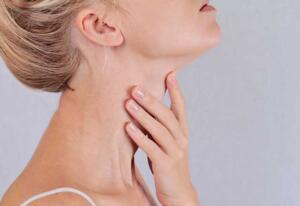 Tiroid düzgün çalışmadığını gösteren belirtiler Vücudunuz size verdiği işaretlere dikkat edin böylece tiroid bozukluğu ile ilgili problemleri en kısa zamanda çözebilirsiniz. Üzüntü ve depresyon İnsanın ruh hali tiroid bozukluğundan etkilenebilir. Bu çeşit bir depresyon nedensiz bir şekilde kendini gösterir. Tiroid bezi az miktarda hormon salgıladığında serotonin seviyesi düşer ve ruh halinizi kötü etkiler. Öte yandan, eğer tiroid bezi fazla hormon salgılıyorsa sürekli hareketli ve heyecanlı hissedebilirsiniz.