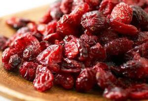 Bu meyveyi yiyen antibiyotik kullanmıyor! (Turna yemişi nedir?) • Turna yemişinde kalsiyum bulunur. Kemik sağlığını korumak için günde 1 bardak turna yemişi suyu içilmesi tavsiye edilir. • Yüksek antioksidan seviyesi ile damar daralması, kolesterol ve koroner gibi kalp hastalıklarına karşı koruma sağlar • Kansere karşı büyük bir koruyucudur. • Hafızayı güçlendirir. Böylece beyin hücrelerinin zarar görmesini engelleyerek alzheimer ve felç risklerine karşı koruma sağlar.