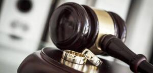Anlat teyze, neden boşanmak istiyorsun? 80 Yaşında Boşanan Kadının İnanılmaz Hikayesi - Haftanın Enleri Mahkeme salonunda, seksen yaşlarındaki yaşlı çiftin durumu içler acısıydı… Adam inatçı bakışlarla, suskun ninenin ağlamaktan iyice çukurlaşmış gözlerini ve bıkkın bakışlarını süzüyordu. Hakim tok sesiyle, yaşlı kadına: – Anlat teyze, neden boşanmak istiyorsun? Yaşlı kadın, derin bir nefes çektikten sonra baş örtüsüyle ağzını aralayıp, kısılmış sesiyle konuşmaya başladı: – Bu herif yetti gayri, 50 yıldır bezdirdi hayattan…