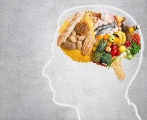 Somon, sardalya, uskumru, ringa ve ton balığında yüksek oranda bulunan Omega-3 yağ asitleri; beyin ve sinir sisteminin düzenli çalışmasında büyük rol oynamaktadır. Aynı zamanda ceviz, badem, keten tohumu, zeytinyağı, marul, lahana ve brokoli gibi bazı yeşil yapraklı sebzelerde Omega-3 kaynakları arasında yer almaktadır.