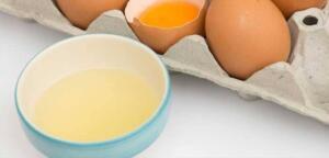 Yumurtanın beyazı Yumurta ile saç dökülmesini nasıl azaltacağınızı hiç merak ettiniz mi? Yumurta akı protein ve vitaminler bakımından zengindir. Saçları en iyi şekilde besler, pürüzsüz ve parlak saçları destekler. Uzun, güçlü saçlar istiyorsanız bu tavsiyeye uymalısınız. Sadece bir yumurta kırın ve yumurtanın beyazını alın.