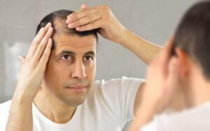 Saç dökülmesini kontrol altına almak için en etkili ev yapımı ilaçlardan biri çemen otu kullanmaktır. Çemen otu tohumları, saç büyümesine ve saç köklerinin onarımına yardımcı olan hormonal kök açısından zengindir. Bu tohumlar ayrıca nikotinik asit ve saç köklerini güçlendiren, saç uzamasını artıran proteinler içerir. Bildiğiniz gibi, çemen tohumu miktarı saç dökülmesinin kontrol altına alınmasına ve saç büyümesinin uyarılmasına yardımcı olabilir, saç için nasıl kullanılacağını bilmek önemlidir. Çemen otu tohumlarını gece boyunca suya batırın ve ertesi sabah iyice karıştırın. Bu çemen otu tohumu macununu saç derisine ve saçlara uygulayın.