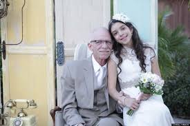 11 Yaşındaki Kız 62 Yaşındaki Adamla Neden Evlendi... Nedeni sizi ağlatacak.Zamanla yarıştığımız bu dönemlerde hep güzel geçmeyebilir kimi erken yaşta hayatı acı bir şekilde yaşar kimisi ise hayata son demlerinde. Yılda yüz binlerce insan kanser gibi hastalıklardan dolayı maalesef hayatını kaybediyor. Bu acıyı kaldırmak veya anlamaya çalışmak çok zor 11 Yaşındaki Kız 62 Yaşındaki Adamla Neden Evlendi...