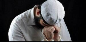 """Rivayet olunduğuna göre Ömer Ibnü'l-Abdülaziz, kırk yaşına varınca, """"Ey Allah'ım, bana, senin nimetlerine şükretmemi ilham et..."""" diye dua etmiştir. Yine rivayet olunduğuna göre, Cebrail (a.s), Hz. Peygamber (s.a.s)'e gelmiş ve şöyle demiştir: """"Koruyucu iki meleğe, """"Kuluma, ömrünün başlangıcından itibaren arkadaşlık edin emri verilir. Kul kırk yaşına basınca da, """"Kulumu koruyun """" denilir."""" 40 yaşın önemini şu Hadisi Şerif'ten de anlıyoruz: Resulullah Efendimiz (s.a.v) buyurdular ki: """"Kırk seneyi doldurduğu halde hayrı şerrine galip gel ıneyen kimse, cehenneme doğru hazırlansın"""" Kırk yaşına basan kimsenin bu yaşından sonra artık bulunduğu huy ve halin değişmediği söylenir."""