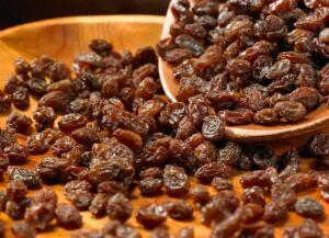 Kuru üzüm bol bol lif içermektedir. Geceden ılık su içerisine konan kuru üzümleri sabah aç karnına tüketmeniz, bağırsak hareketliliğine neden olacaktır. 9. Mide asidini kontrol eder.