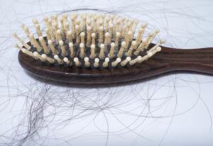 Saç dökülmesini engeller Araştırmacılara göre yüksek oranda prostaglandin D2 bulunan hayvanlar kesinlikle kel oluyor. Bu hipotez doğrultusunda saç dökülmesi yaşayan kişilerde prostaglandin D2 üretiminin yüksek olduğu düşünülmüştür. Aspirin ise prostaglandinin üretimini en iyi engelleyen bileşimlerden biri olarak bilinir.