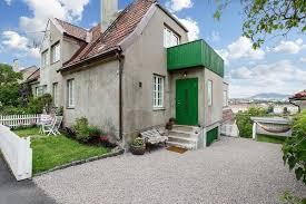 Bazen canım sıkıldığında satılık evleri incelemeyi severim. Alacağımdan değil de bir piyasa yoklaması yaparım. Özellikle iyi bakılmış kelepir fiyattaki müstakil evlere bayılırım. Bir de yurtdışındaki evlere bakayım dedim ve Norveç'teki bu sıradışı eve rastladım. Dışarıdan baktığınızda sıkıcı ve yıkık dökük gibi görünüyor. İçini gördüğümde ise aşık oldum. İşte harika iç mimarisi olan evin fotoğrafları:
