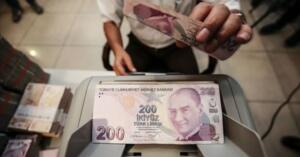 Milyonlarca emekli ve memurun beklediği 2021 temmuz zammı belli oldu. Türkiye İstatistik Kurumu Haziran ayının enflasyon rakamlarına göre 6 aylık enflasyon oranına göre SSK ve Bağ-Kur emeklilerinin zam oranı yüzde 8.45 oldu. TÜFE haziranda yüzde 1,94; yıllık TÜFE ise yüzde 17,53 oldu. Buna göre maaşlarda belirleyici olan enflasyon oranı 1.94 artışla yüzde 17.53 oldu. Peki, Evde bakım maaşı ne kadar oldu? Engelli, yaşlı aylığı 2021 temmuz zammı ne kadar?