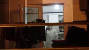 Hacı Ali İkinci Bulvarı'nda 5 katlı binanın birinci katında oturan özel harekat polisi memuru Emrullah Çitil (32) ile Karayolları Genel Müdürlüğünde memur olarak görev yapan eşi Yasemin Çitil arasında tartışma çıktı.EŞİNİN VURDUĞU POLİS BALKONDAN DÜŞTÜTartışmanın büyümesi üzerine Yasemin Çitil, eşinin beylik tabancasıyla 3 el ateş ederek Emrullah Çitil'i baş ve göğüs kısmından vurdu. Ağır yaralanan Çitil, evin balkonundan kaldırıma düştü.Yüzüstü beton zemine düşen Emrullah Çitil'e eşi balkondan 2 el daha ateş etti.