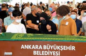 Ankara'da kaçan kurbanlık koyunu yakalamak isterken kaybolan ve arama çalışmaları devam ederken kurumuş bir dere yatağının kenarında cansız bedenine ulaşılan 20 yaşındaki tıp fakültesi öğrencisi Onur Alp Eker'in ölümüyle ilgili ön otopsi raporu çıktı. Rapora göre Eker'in vücudunda çok sayıda arı iğnesi izi görüldü. Onur'un ölümünün arı sokmasından ya da beyin kanamasına bağlı olduğu düşünülüyor.