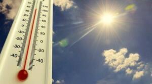 Meteoroloji'den yapılan son açıklamaya göre, ülke genelinde sıcak havalar artacak. Sağanak yağış uyarısı verilen Sakarya'da hafta ortasında sıcaklık 35 dereceye ulaşacak sıcaklıkların Ege'nin güneyi ve Güneydoğu Anadolu'da 40 dereceyi bulacağı iddia ediliyor. YAĞIŞ ARDINDAN KAVRULACAĞIZ Meteoroloji Genel Müdürlüğü tarafından yapılan son değerlendirmelere göre, Ülkemizin kuzey ve iç kesimlerinin parçalı ve çok bulutlu, Batı ve Orta Karadeniz, Doğu Karadeniz kıyıları, Sakarya, Çankırı, Sivas, Kars ve Ardahan çevreleri, Karaman, Niğde ve Kayseri'nin doğu kesimlerinin sağanak ve gök gürültülü sağanak yağışlı, diğer yerlerin az bulutlu ve açık geçeceği tahmin ediliyor.