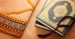 """AREFE GÜNÜ DUASI NASIL YAPILIR? Peygamber Efendimiz, """"En hayırlı, kabulü şayan olan dua, Arefe Günü yapılan duadır"""" (Tirmizî, Dua, 8; Malik, Dua, 500) diye buyurmuştur. Bazı kaynaklarda, """"Arefe günü besmele ile bin İhlas okuyanın günahları affedilir ve duası kabul olur"""" şeklinde buyurduğu da yazılır. """"Kim İhlâs suresini Arefe gününde öğle ile akşam arasında bin defa okursa Allah (cc), ona ne isterse verir."""" Buyurduğu da rivayet edilir. Bu hadislerden hareketle, bu mübarek günde İhlas Suresi'ni bin defa okumak yapılacak en faydalı işlerden biridir. Tövbe istiğfar, salavat, kelime-i tevhid okumak tavsiye edilen ibadetlerdendir."""