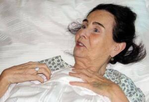 Bu arada Fatma Girik'in annesi 99 yaşındaki Münevver Girik Dukav'ın da iki gün önce ambulans ile Bodrum Devlet Hastanesi'ne kaldırılarak yoğun bakım ünitesinde yaşlılığa bağlı hastalıklar nedeniyle tedavi altına alındığı ve tedavisinin devam ettiği öğrenildi.