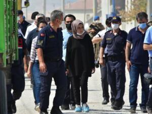 MAHALLEDE GÜVENLİK ÖNLEMİ ALINDI Büşra Büyükşen'in olay günü bindiği yoldan geçen komşularına ait otomobilde keşif alanına getirildi. Büşra Büyükşen de otomobili nasıl durdurup, hangi tarafa binip oturduğunu gösterdi. Keşif sırasında Jandarma Komutanlığı ekipleri de evin çevresi ve mahallenin bazı noktalarında gen