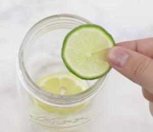 Karışımın üzerini birkaç parmak geçecek kadar su doldurun ve suyun üzerine bir mum yerleştirin.