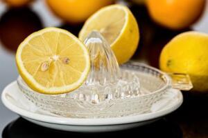 Çaydanlığın yarısını su ile doldurduğunuzda kaynatma işlemine geçebilirsiniz. Yoğun kireç toplayan çaydanlıkları 20 dakika kadar kaynatabilirsiniz. Kireçlerin çözülmeye başladığı anda ocağın altını kapatın ve bir fırça yardımı ile birkaç defa temizleyin. Sonrasında soğuk su ile duruladığınız çaydanlığı kurumaya bırakın.