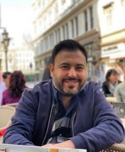 Ünlü sanatçı Alişan'ın kardeşi Selçuk Tektaş, 20 gündür koronavirüs tedavisi gördüğü hastanede hayatını kaybetti. Acılı haberi alan aile hastane önünde gözyaşlarına boğuldu. 41 yaşında hayatını kaybeden Tektaş, bugün son yolculuğuna uğurlanacak.