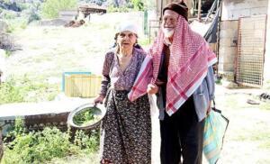 Köyün ileri gelenleri arasında yer alan Abdullah Yalçınkaya da 1960'dan 1980 yılına kadar 20 yıl köyün muhtarlığını yapar. Yalçınkaya Çiftinin evliliklerinin üzerinden 37 yıl geçtikten sonra 1982 yılında tartışıp birbirlerine küser. Babası zengin olduğu için ekonomik durumu daha iyi olan Kübra Yalçınkaya boşanmak ister ancak köyün 20 yıllık muhtarı Abdullah Yalçınkaya, 'Yıllarca köyü idare etti, evini idare edemedi' denmesinden endişe ederek boşanmadan yaşadıkları binanın alt katına bir oda yapıp karısı ile yaşadığı evden ayrılır. Aynı çatı altında 27 yıl ayrı ve küs yaşayan Kübra-Abdullah Yalçınkaya çiftini barıştırmak için birçok kişi uğraş vermesine rağmen kimse Yalçınkaya çiftini inadından vazgeçiremez.