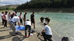 Bursa'da ailesiyle birlikte piknik yaparken boğulma tehlikesi geçiren 3 çocuğunu kurtarmak isteyen Abdullah Hamza (35), kayboldu. Dalgıç polislerce Hamza'nın cansız bedeni bulundu.
