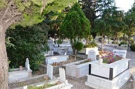 Bu arada köyün erkekleri cenazenin defni ile uğraşırken, kadınlar da Kübra Yalçınkaya'nın yaşadığı yere çıkar. Üzüntüsünü belli etmemeye çalışan 83 yaşındaki Abdullah Yalçınkaya, cenaze defnedildiği sırada hayatını kaybeder. Cenazeden dönüp eve gelenler Abdullah Yalçınkaya'nın da öldüğünü görünce adeta şok yaşar. 64 yıllık evlilik hayatlarının 27 yılını aynı çatı altında küs geçirip aynı gün ölen Kübra-Abdullah Yalçınkaya çifti aynı gün vasiyetleri gereği yan yana değil biri mezarlığın bir köşesine diğeri farklı bir köşesine defnedilir. Yaklaşık 20 yıldır konuşulan bu olay, Karpuzlu ve çevresinde bir çok kişiye ibret oluyor.