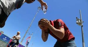 Türkiye'de yer yer etkili olan yağışlar yerini sıcak havaya bırakmaya başlıyor. Tahminlere göre bu hafta adım adım yağış etkisini kaybederken sıcaklıklar artışa geçecek. Hafta ortasında İstanbul 35 derece ulaşacak, Ege'nin güneyi ve Güneydoğu Anadolu'da sıcaklıklar 40 dereceyi aşacak. Meteoroloji Genel Müdürlüğü tarafından yapılan son değerlendirmelere göre: Ülkemizin kuzey ve iç kesimlerinin parçalı ve çok bulutlu, Batı ve Orta Karadeniz, Doğu Karadeniz kıyıları, Sakarya, Çankırı, Sivas, Kars ve Ardahan çevreleri, Karaman, Niğde ve Kayseri'nin doğu kesimlerinin sağanak ve gök gürültülü sağanak yağışlı, diğer yerlerin az bulutlu ve açık geçeceği tahmin ediliyor. Yağışların; öğle saatlerinden sonra Kastamonu ve Karabük çevreleri ile Sinop'un güney ilçelerinde yer yer kuvvetli olması bekleniyor.