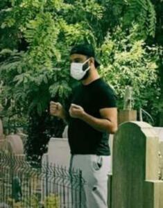 HER GÜN KARDEŞİNİNİ MEZARINA GİDİYOR Magazinburada'nın haberine göre; son yolculuğuna Feriköy Mezarlığı'nda uğurlanan Selçuk Tektaş'ı o günden beri yalnız bırakmayan Alişan, her gün kardeşinin mezarı başına giderek dua ediyor.