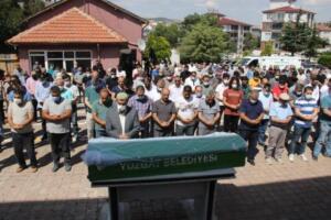 """Adli Tıp Kurumu Yozgat Şubesinden alınan Aysel Y'nin cenazesi, Sarıtopraklık Mezarlığı'na defnedildi. Çiftin 24 Temmuz'da düğün yapacakları ve davetiyelerini dağıttıkları öğrenildi. Yeni tip koronavirüs (Kovid-19) salgınından önce Yozgat'ta özel bir dershanede coğrafya öğretmenliği yapan Aysel Y'in ocak ayında sosyal medya hesabından """"Şiddetten ölen kadınlar için dijital anıt"""" sayfasının paylaşımını yaparak, """"Ben de bir gün burada adımın yazmasından korkuyorum."""" yazdığı görüldü."""