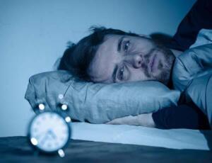 makaleyi okuduktan sonra uyku sorununuzu bir anı olarak hatırlayacağınıza emin olabilirsiniz. Mutsuzluğun ve kafa karışıklığının nedeni aslında uykusuz kalmamızdır. Peki nasıl mükemmel bir uyku elde edebiliriz? Devamını dikkatle okuyun. Günümüzde hepimiz kendimizi stresli hissederiz ve işlerin ve hızın getirdiği bu koşturmaca geceleri uyuyamamanıza sebep olabilir. Fakat uyku eksikliği ve bozukluğu çok ciddi problemleri yanında getirebilir. Özellikle çalışanlar için verimli olan uyku saati 8 saattir.