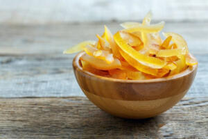 HÜCRE HASARINI ÖNLÜYOR İçerisindeki yüksek antioksidan kapasitesi sayesinde hücrelerde hasar oluşturan serbest radikalleri etkisiz hale getiriyor. Ayrıca limon kabuğu antioksidan özellik gösteren yüksek C vitamini kapasitesi sayesinde DNA hasarını önlüyor.