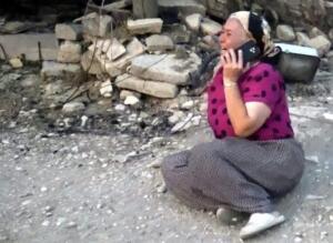 Dün Antalya'nın Manavgat ilçesinde bulunan Yeniköy mahallesinde başlayan yangın 4 farklı noktaya sıçradı. Birçok mahalle ev zarar gördü. Ekipler gün boyu devam eden yangına müdahale etmeye devam ediyor. Ünlü manken Tuğba Özay'ın yangının bulunduğu bölgede bulunan çiftliği yandı. Ünlü manken sosyal medya hesabı üzerinden gözyaşları içinde çektiği videolarda takipçilerine seslendi.