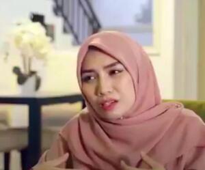 """Malezya'da yaşayan Tiqa isimli kadın hamilelik döneminde bir hastalığa yakalandı. Karnındaki bebeğini ve kendisini düşünmek yerine kocasının kendisinden sonraki yaşamını düşünen kadın """"Ya ölürsem o zaman kocam ne yapar"""" diyerek kocasına eş aramaya başladı."""